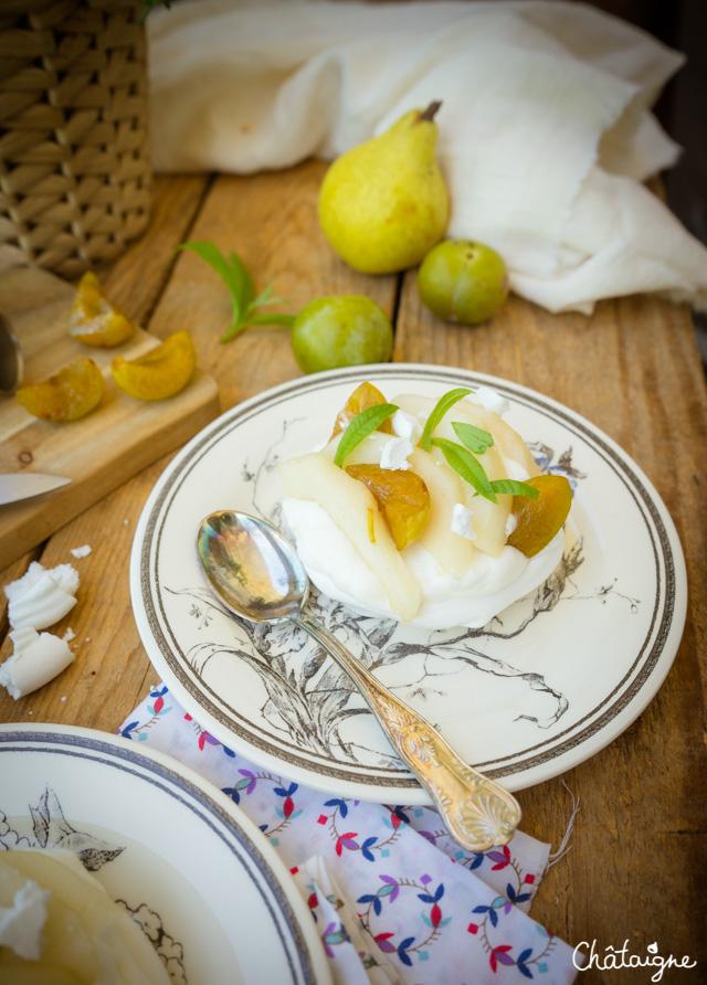 Pavlovas aux poires, prunes et verveine