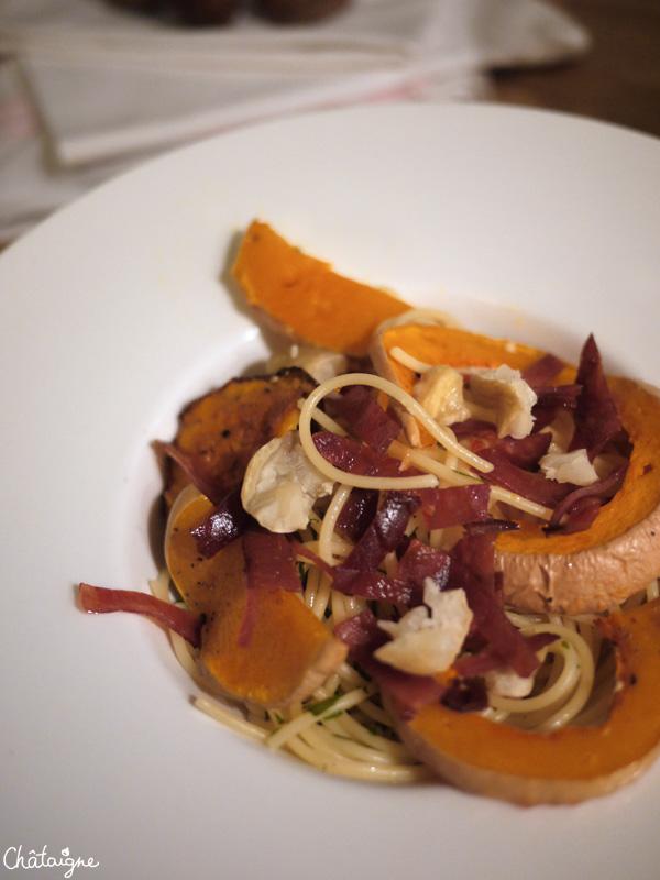 Spaghettis à la courge butternut, jambon croustillant et châtaignes rôties
