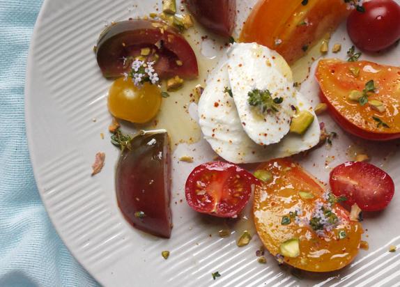 Révisons nos classiques : Tomates-Mozzarella {thym et pistache}