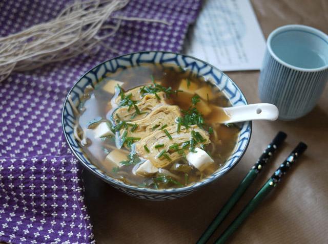 Nouilles soba en bouillon [tofu et omelette japonaise]