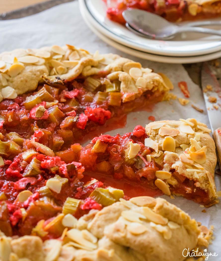 tarte rustique à la rhubarbe et pralines roses