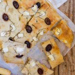 Focaccia aux olives et à la feta