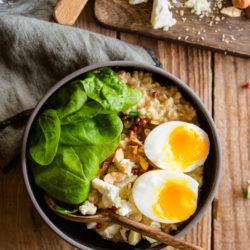 Porridge salé au miso [épinards, chèvre et œuf mollet]