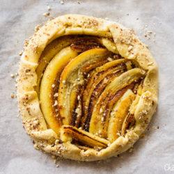 Tarte rustique à la banane rôtie et noisettes